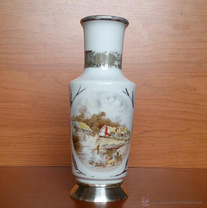 Antigüedades: Jarrón antiguo en porcelana bellamente policromada, con detalles y base en plata de ley contrasada . - Foto 5 - 50905354