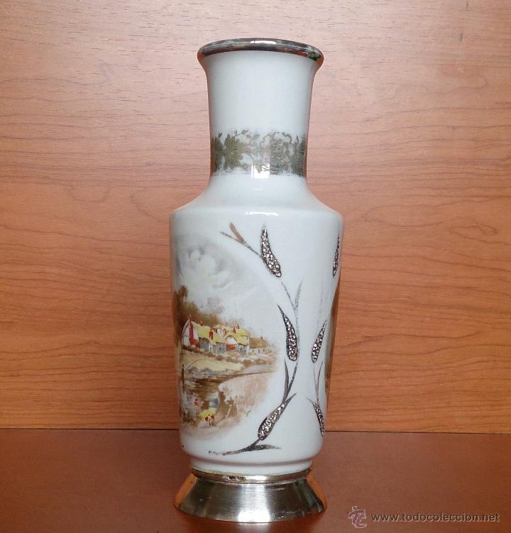 Antigüedades: Jarrón antiguo en porcelana bellamente policromada, con detalles y base en plata de ley contrasada . - Foto 6 - 50905354