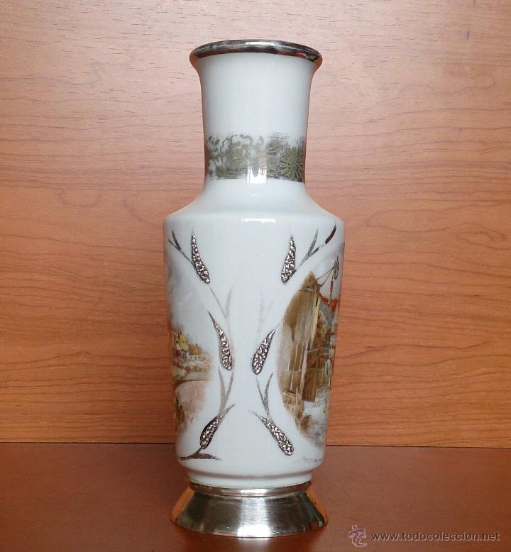 Antigüedades: Jarrón antiguo en porcelana bellamente policromada, con detalles y base en plata de ley contrasada . - Foto 7 - 50905354