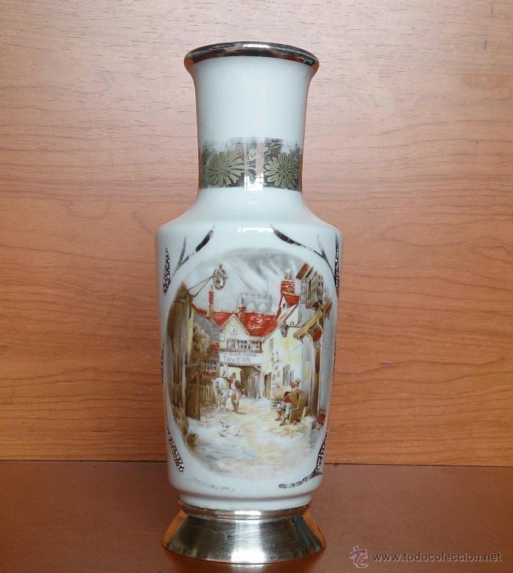 Antigüedades: Jarrón antiguo en porcelana bellamente policromada, con detalles y base en plata de ley contrasada . - Foto 8 - 50905354