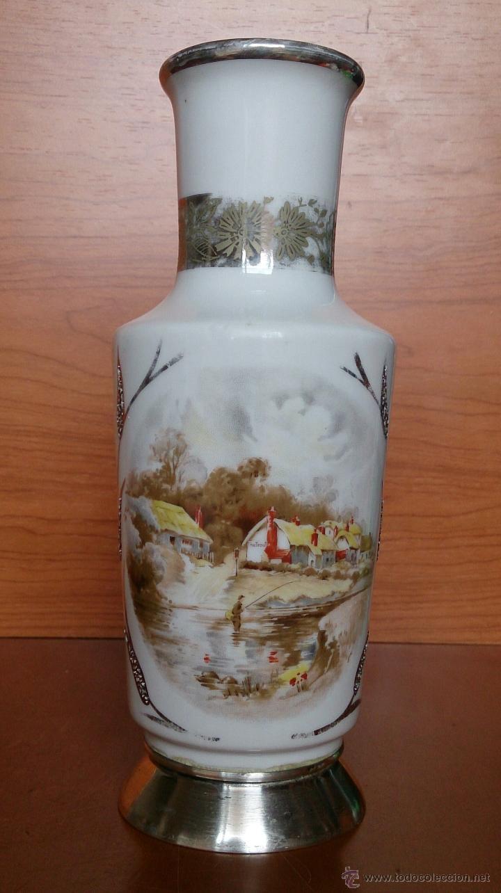 Antigüedades: Jarrón antiguo en porcelana bellamente policromada, con detalles y base en plata de ley contrasada . - Foto 11 - 50905354