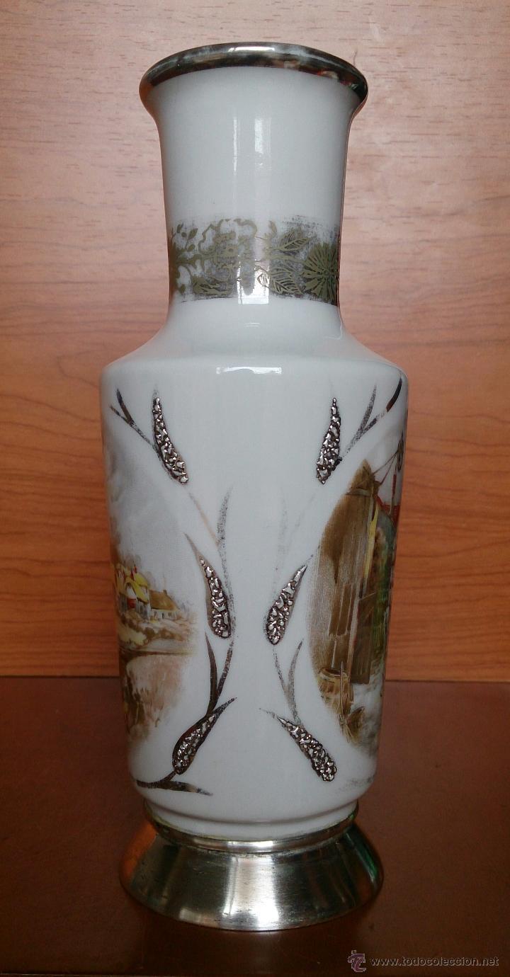 Antigüedades: Jarrón antiguo en porcelana bellamente policromada, con detalles y base en plata de ley contrasada . - Foto 12 - 50905354