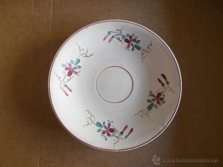 ANTIGUO PLATO DECORADO CON MOTIVOS FLORALES. (Antigüedades - Porcelanas y Cerámicas - Otras)