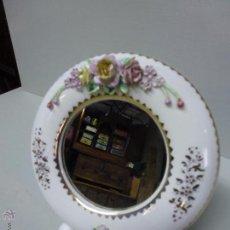 Antigüedades: MARCO CON ESPEJO DE FINA PORCELANA, REDONDO. Lote 50944228