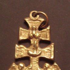 Antigüedades: ANTIGUA Y PEQUEÑA CRUZ DE CARAVACA DE BRONCE ALTURA 3,2 CM.. Lote 50979110