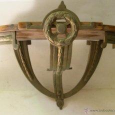 Antigüedades: ANTIGUA ESTANTERIA DE BRONCE Y MADERA. Lote 50984605