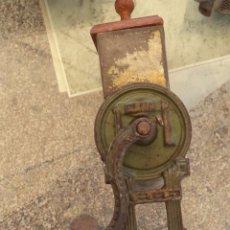 Antigüedades - VINTAGE DECORACION ANTIGUO MOLINILLO RALLADOR ELMA Mide 35 cm. hasta la tapa de madera - 51017878