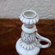 Antigüedades: PORTAVELAS DE CERÁMICA BLANCA Y DETALLES DORADOS ANTIGUO. Lote 51018184