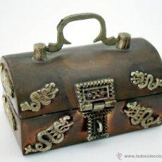 Antigüedades: ANTIGUA CAJA ORIENTAL DE COBRE Y BRONCE CON FORMA DE COFRE. Lote 51039564
