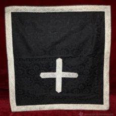 Antigüedades: CORPORAL EN ROPA DAMASCADA CON BORDES RIBETEADOS. Lote 51055903