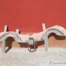 Antigüedades: ANTIGUO YUGO DE MADERA. ARGOLLA DE HIERRO.. Lote 51064442