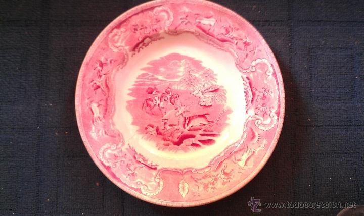 PLATO CARTAGENA CAZA DEL CIERVO EN ROJO ROSA SELLO LA AMISTAD (Antigüedades - Porcelanas y Cerámicas - Cartagena)