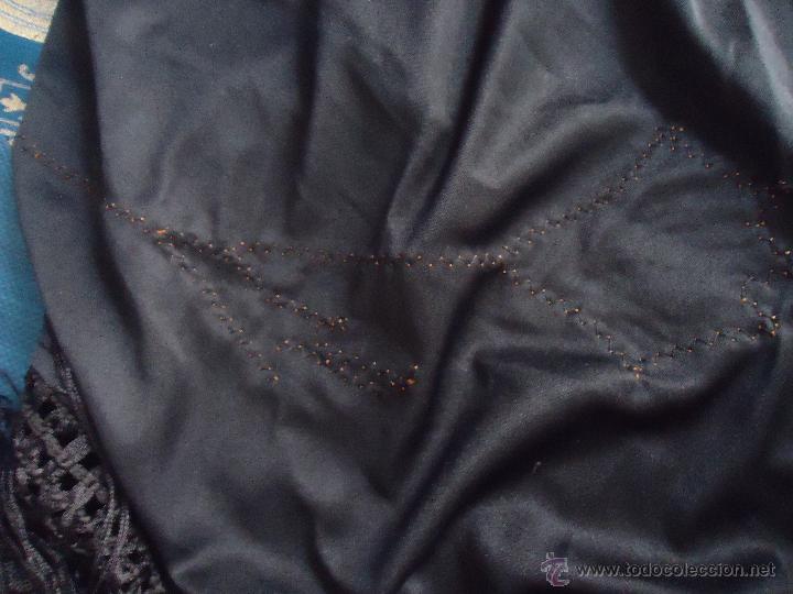 Antigüedades: gran mantón triangular negro con piezas bordadas de un manton mas antiguo ----- leer - Foto 5 - 51089788