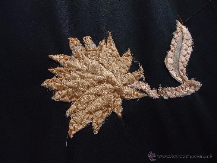 Antigüedades: gran mantón triangular negro con piezas bordadas de un manton mas antiguo ----- leer - Foto 7 - 51089788