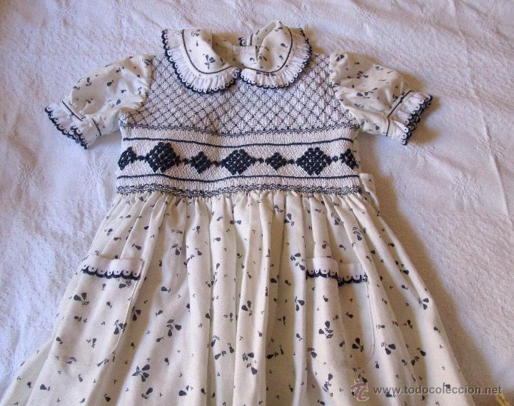 Antigüedades: Vestido de niña,viella,estampado, bordados nido de abeja y festón en cuellos, mangas y bolsillos - Foto 2 - 51110832