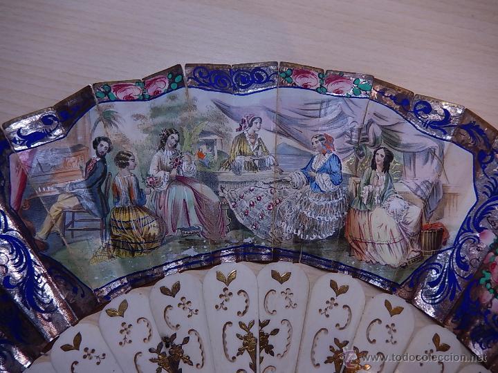 Antigüedades: Abanico de hueso, con grabados y dibujos coloreados. Finales del siglo XIX, principios del XX. - Foto 2 - 51134615