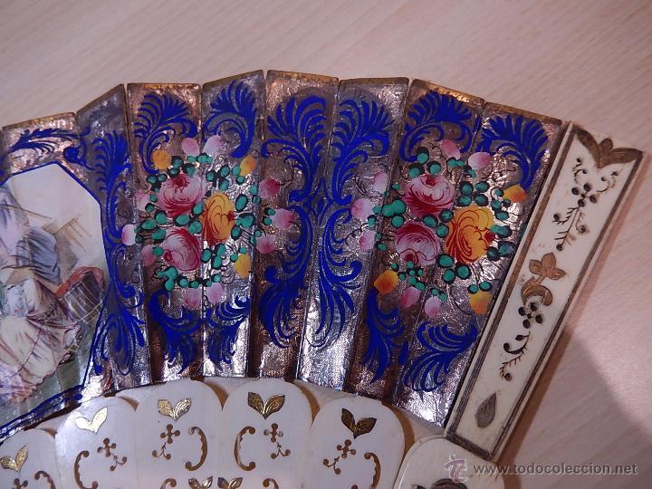 Antigüedades: Abanico de hueso, con grabados y dibujos coloreados. Finales del siglo XIX, principios del XX. - Foto 4 - 51134615