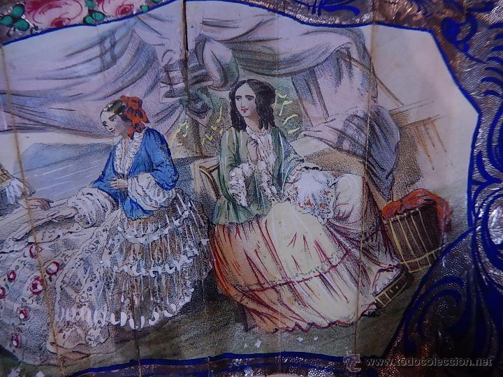 Antigüedades: Abanico de hueso, con grabados y dibujos coloreados. Finales del siglo XIX, principios del XX. - Foto 6 - 51134615