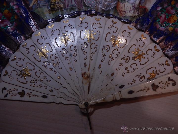 Antigüedades: Abanico de hueso, con grabados y dibujos coloreados. Finales del siglo XIX, principios del XX. - Foto 8 - 51134615