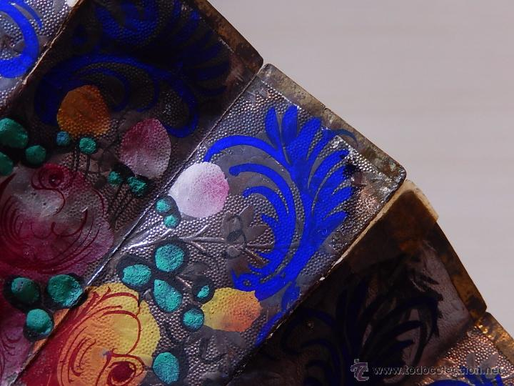 Antigüedades: Abanico de hueso, con grabados y dibujos coloreados. Finales del siglo XIX, principios del XX. - Foto 11 - 51134615
