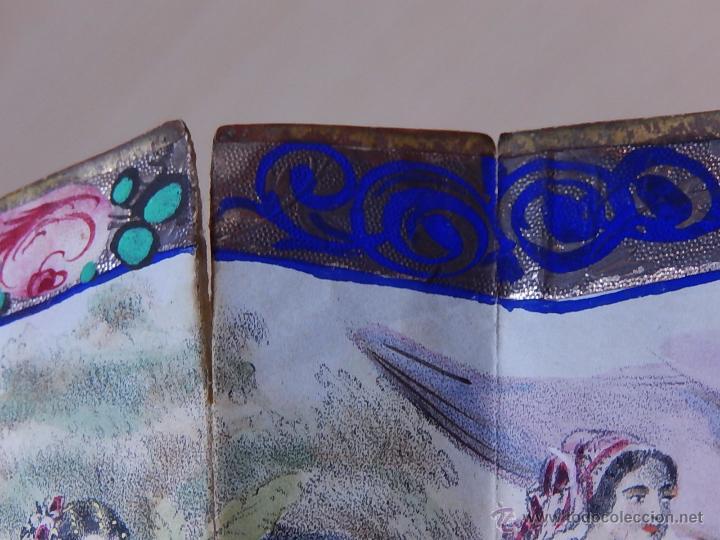 Antigüedades: Abanico de hueso, con grabados y dibujos coloreados. Finales del siglo XIX, principios del XX. - Foto 12 - 51134615