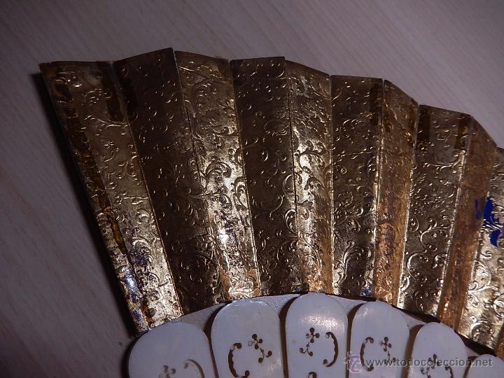 Antigüedades: Abanico de hueso, con grabados y dibujos coloreados. Finales del siglo XIX, principios del XX. - Foto 16 - 51134615