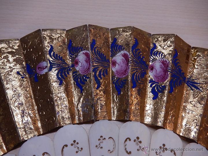 Antigüedades: Abanico de hueso, con grabados y dibujos coloreados. Finales del siglo XIX, principios del XX. - Foto 17 - 51134615