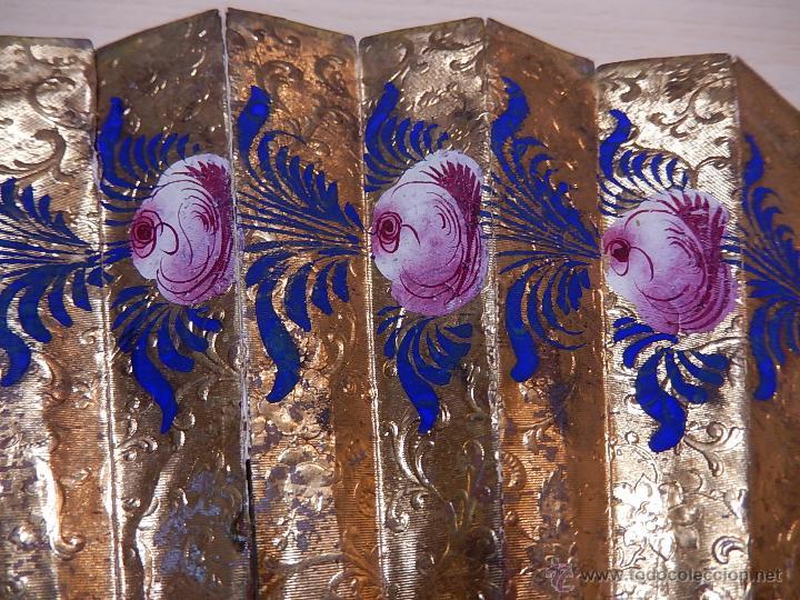 Antigüedades: Abanico de hueso, con grabados y dibujos coloreados. Finales del siglo XIX, principios del XX. - Foto 18 - 51134615