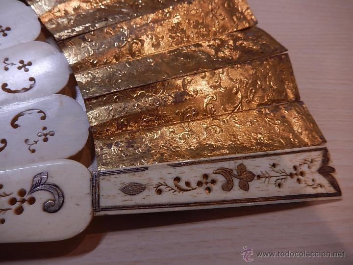 Antigüedades: Abanico de hueso, con grabados y dibujos coloreados. Finales del siglo XIX, principios del XX. - Foto 19 - 51134615
