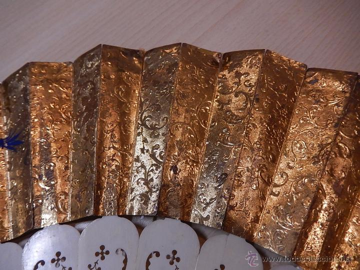 Antigüedades: Abanico de hueso, con grabados y dibujos coloreados. Finales del siglo XIX, principios del XX. - Foto 20 - 51134615