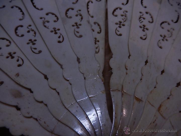 Antigüedades: Abanico de hueso, con grabados y dibujos coloreados. Finales del siglo XIX, principios del XX. - Foto 22 - 51134615