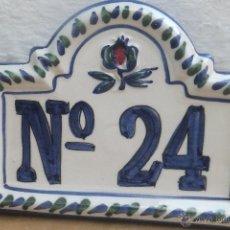Antigüedades: AZULEJO SEÑALIZACIÓN CASA NUMERO 24 CON GRANADA, CERAMICA GRANADINA DE FAJALAUZA,. Lote 51149588
