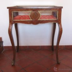 Antigüedades: MESA VITRINA CON CAPITONÉ.. Lote 51206618