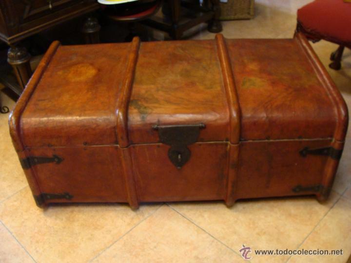 Ba l grande en madera con herraje y forrado de comprar for Herrajes muebles antiguos
