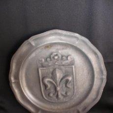 Antigüedades: MAGNÍFICA BANDEJA PLATO HERALDICO DE GRAN PESO EN RELIEVE ESCUDO FLOR DE LIS 35,5 CM PELTRE XIX ?. Lote 51219601