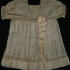 Antigüedades: ANTIGUO VESTIDO DE MUSELINA BORDADA CON ENCAJE DE BOLILLO PARA NIÑA-MUÑECA PPIO.S.XX. Lote 51234497