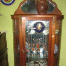 Antigüedades: VITRINA DE CEDRO CON COSTADOS CURVADOS. Lote 51248499