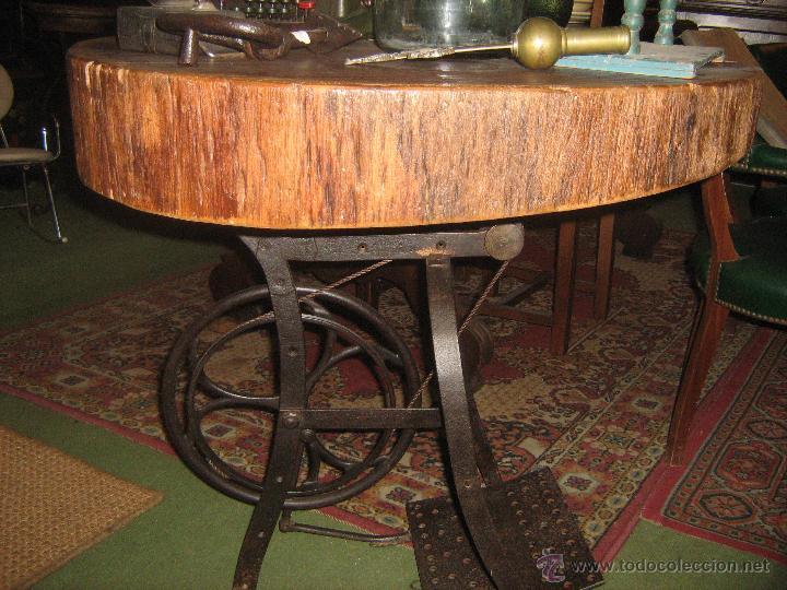 MESA CON PIE DE HIERRO ANTIGUO Y RODAJA DE ABETO (Antigüedades - Muebles Antiguos - Veladores Antiguos)