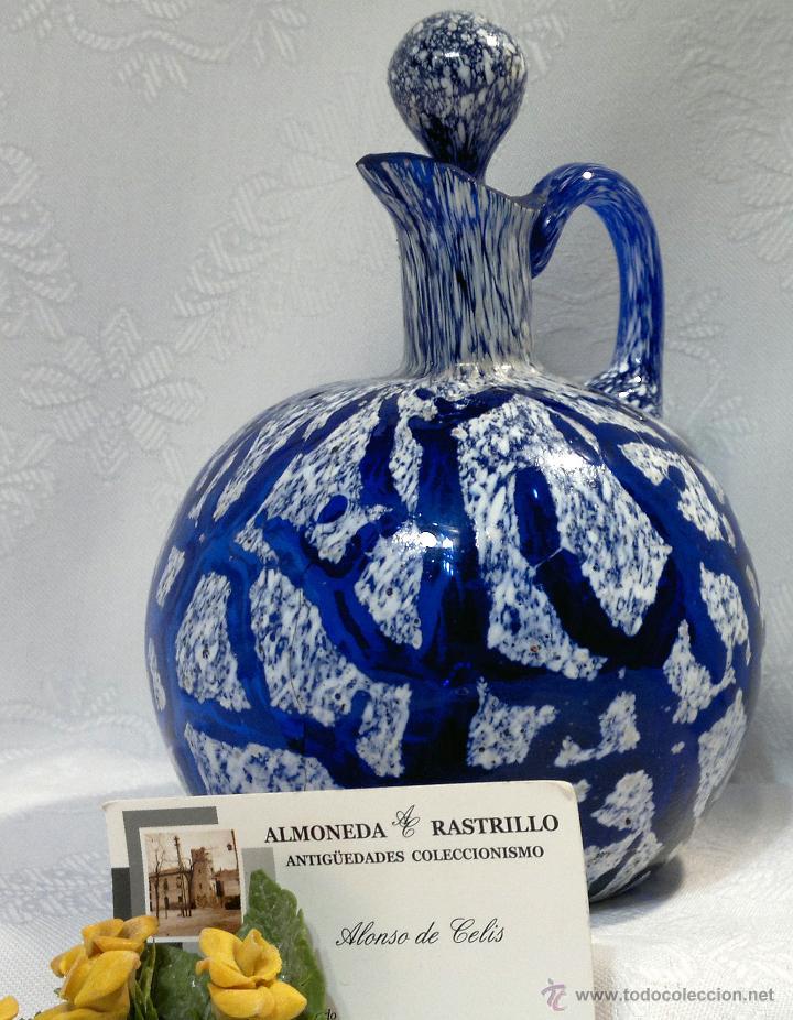 ANTIGUA Y ELEGANTE BOTELLA EN VIDRIO AZUL DECORADO. (Antigüedades - Cristal y Vidrio - Mallorquín)