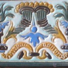 Antigüedades: AZULEJO SEVILANO EN TECNICA DE ARISTA CON CRONUCOPIA Y ROLEOS PRNC. S, XX ( 27 CM.). Lote 51256625