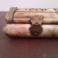 Antigüedades: CAJA HECHA DE HUESO TRABAJADO A MANO. Lote 51358599