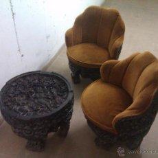 Antigüedades: LOTE DE SILLONES Y MESILLA MOTIVOS ORIENTALES MADERA TALLADA NECESITA RESTAURACION. Lote 51370143