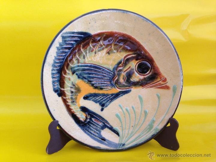 PLATO DE CERAMICA DECORADO CON UN PEZ. FIRMADO (Antigüedades - Porcelanas y Cerámicas - La Bisbal)
