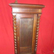 Antigüedades - Pareja de vitrinas para restaurar. Realizadas en madera de nogal. - 139893110