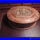 Antigüedades: CAJA DE PIEL ANTIGUA CON ADORNO CENTRAL EN BRONCE. Lote 51464081