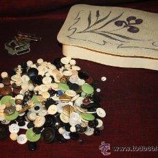 Antigüedades: BOT-009 - LOTE DE MÁS DE 300 BOTONES ANTIGUOS DE DIFERENTES MATERIALES Y MEDIDAS, Y ALGUNAS HEBILLAS. Lote 26224660
