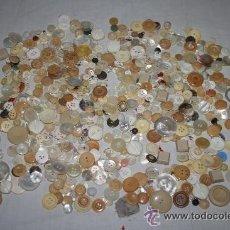 Antigüedades: BOT-004 BONITA COLECCIÓN DE BOTONES EN TONOS CLAROS - DIFERENTES ÉPOCAS Y MATERIALES. Lote 34319704