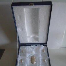 Antigüedades: LICORERA CON SEIS VASOS Y APLICACIONES EN PLATA DE LEY. Lote 51476693