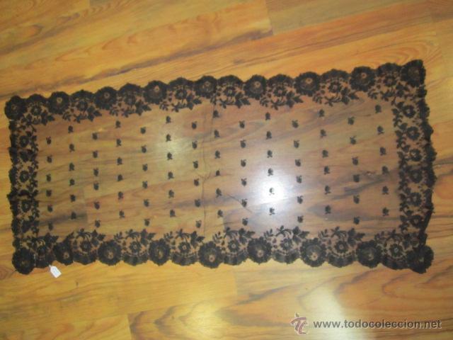ANTIGUA MANTILLA RECTANGULAR DE ENCAJE NEGRO. MEDIDA: 103 X 49 CMS. (Antigüedades - Moda - Mantillas)