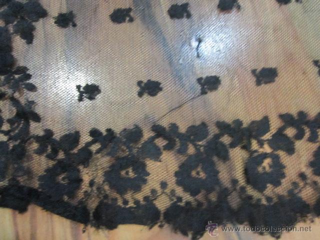 Antigüedades: Antigua mantilla rectangular de encaje negro. Medida: 103 x 49 cms. - Foto 2 - 51525493